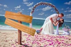 在海滩的婚礼夫妇 免版税库存图片