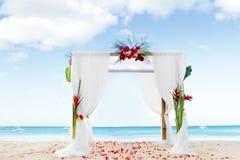 在海滩的婚礼曲拱 免版税库存图片