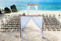 在海滩的婚礼曲拱 库存图片