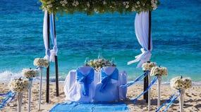 在海滩的婚礼桌 免版税库存照片
