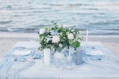 在海滨的婚礼桌 库存照片
