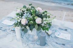 在海滨的婚礼桌 免版税库存图片