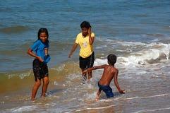 在海滩的孩子戏剧 免版税库存照片