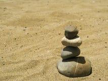 在海滩的宁静石头 库存照片