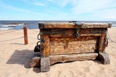 在海滩的宝物箱 免版税库存照片