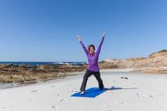 在海滩的实践的瑜伽 免版税图库摄影