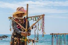 在海滩的室外纪念品店与贸易商妇女 库存照片