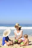 在海滩的家庭度假:母亲和孩子 免版税库存照片