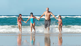 在海滩的家庭 免版税库存图片