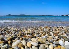 在海滩的小卵石在Vodice 库存照片