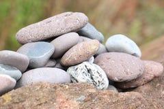在海滩的小卵石 免版税库存照片