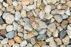 在海滩的小卵石 免版税库存图片