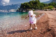 在海滩的小女孩第一次 免版税库存照片
