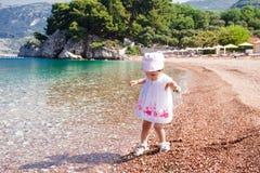 在海滩的小女孩第一次 库存图片