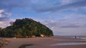 在海滩的小山 免版税库存照片