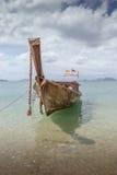 在海滩的小泰国传统小船,在泰国的南部的海滩 免版税库存照片