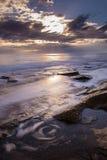 在海滩的小漩涡与剧烈的天空 corfu希腊 库存图片