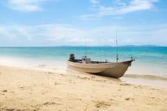 在海滩的小老渔船在张岛 2月底海岛做发埃s海运射击泰国 免版税库存图片