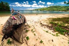在海滩的小船与地平线 免版税库存照片