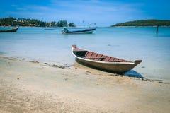 在海滩的小船在泰国 免版税库存图片