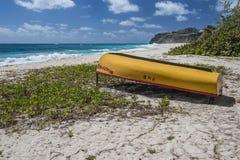 在海滩的小船在肮脏的海湾,巴巴多斯,印度西部 库存图片