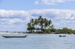 在海滩的小船在Morro de圣保罗,萨尔瓦多,巴西 图库摄影