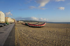 在海滩的小船在Nazare,葡萄牙 库存图片