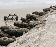 在海滩的小船拖车 库存照片