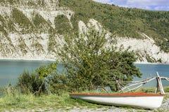 在海滩的小船湖 免版税库存照片
