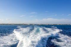 在海洋的小船苏醒 免版税库存照片