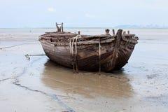 在海滩的小船击毁 免版税库存图片
