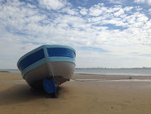 在海滩的小船黄沙 库存照片