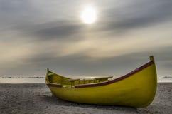 在海滩的小船 免版税图库摄影