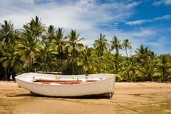 在海滩的小船 免版税库存图片