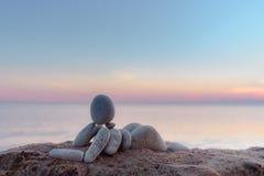 在海滨的小雕象 库存照片