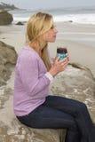 在海滩的少妇早晨 免版税库存图片