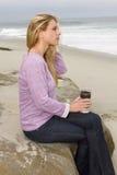 在海滩的少妇早晨 免版税库存照片