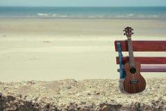 在海滩的尤克里里琴 图库摄影
