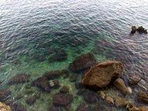 在海滩的岩石与巨大颜色 库存照片