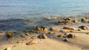在海滩的岩石在酸值苏梅岛海岛,泰国上 免版税库存照片