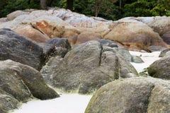 在海滩的岩石在Lipe海岛,泰国 图库摄影