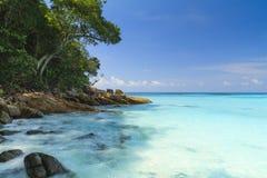 在海滩的岩石在Tachai海岛 图库摄影