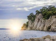 在海滨的岩石峭壁在日落在一个夏天晚上 库存图片