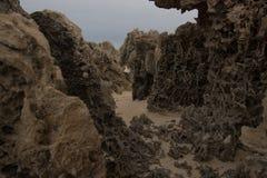 在海滩的岩石形成 免版税库存照片
