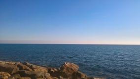 在海滩的岩石有一个巨大海景 免版税库存照片