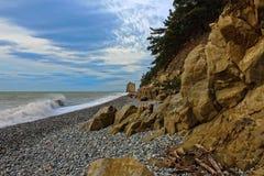 在海滩的岩石有波浪的黑海在岸 免版税库存照片