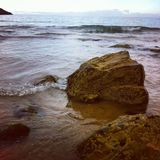 在海滩的岩石 免版税库存照片