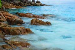 在海滩的岩石Tachai海岛 图库摄影