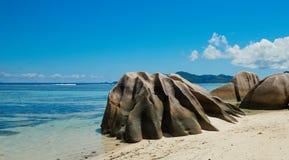 在海滩的岸的大岩石 免版税库存图片