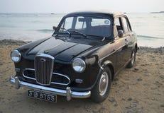 在海洋的岸的汽车Wolseley 1500晚上 斯里南卡 库存照片